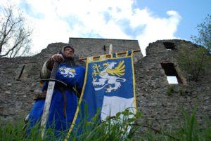 Mittelalterlicher Ritter mit Schwert und Banner