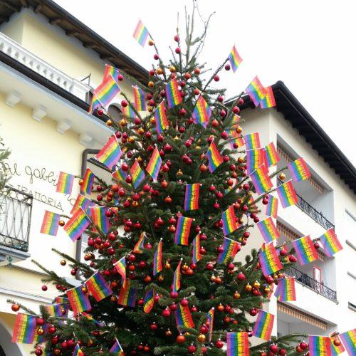 Friedensbaum mit Regenbogenfahnen